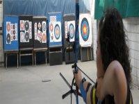 射箭女子练习射箭