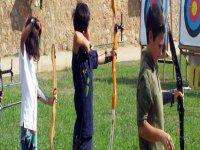 儿童练习射箭