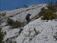 Sujeto a la linea de vida para escalar