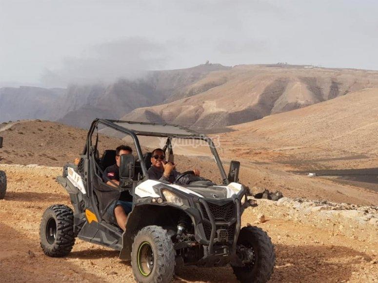 穿越Lanzarote的越野车