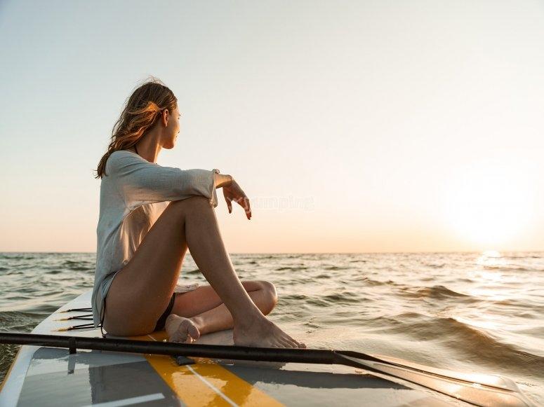 Al atardecer sobre la tabla de paddle surf