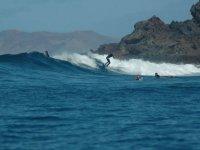 Gruppo di quattro surfisti