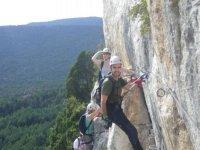 Ascendiendo la montaña a través de las grapas