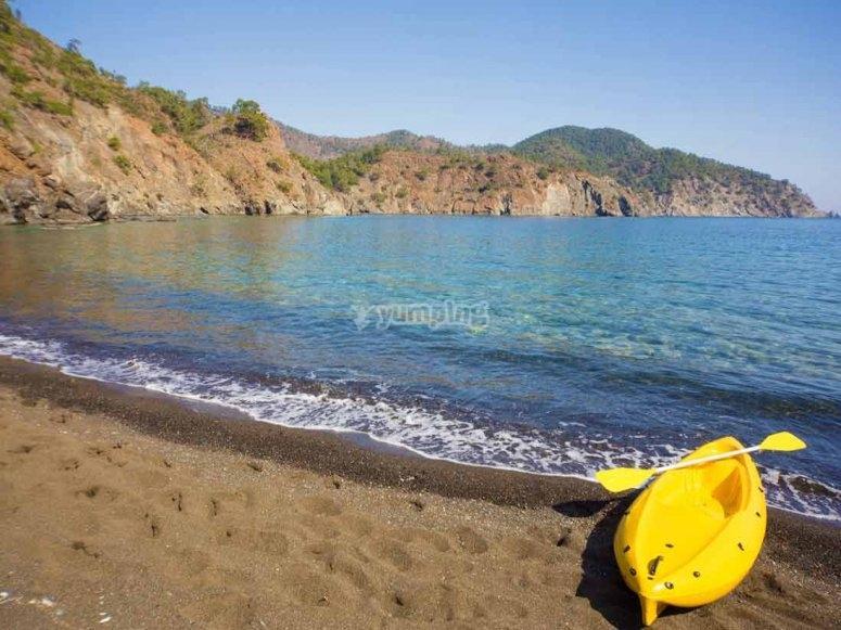 Kayak a orillas de la costa de Catellón