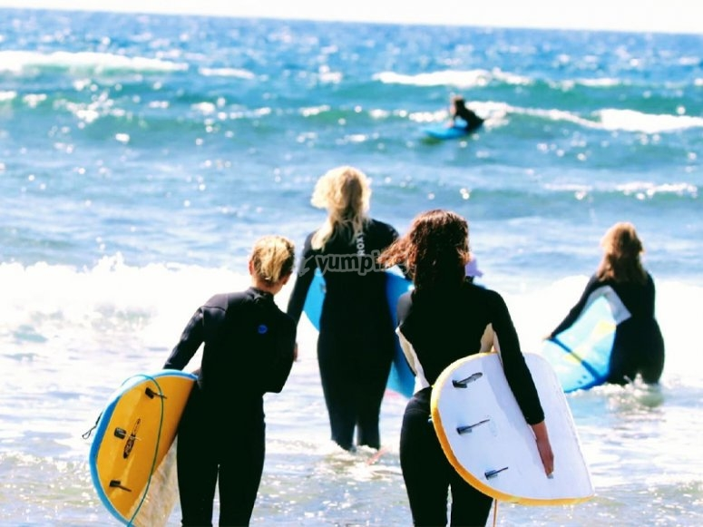 Comenzando nuestra clase de surf por la playa de las Américas