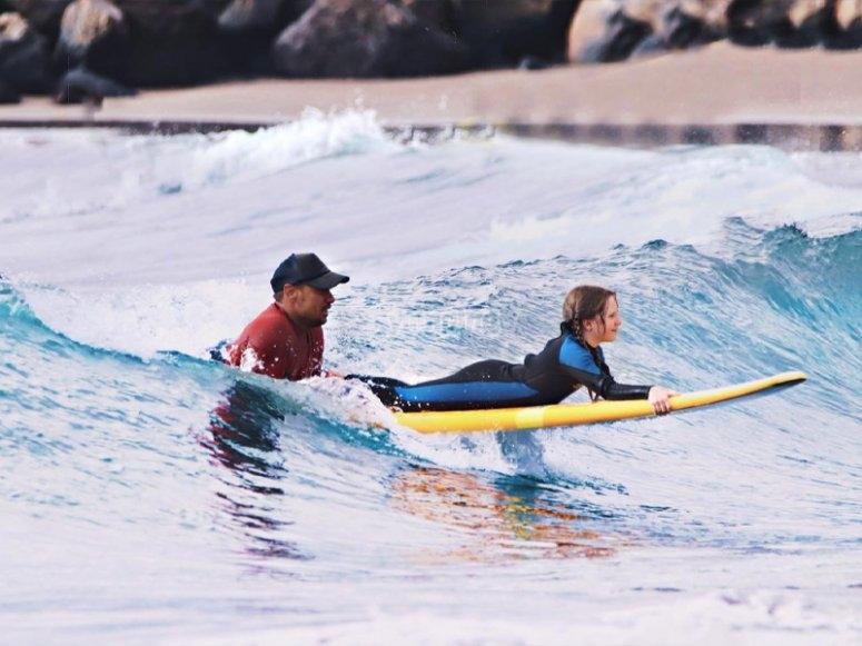 Clase de surf para niños en Tenerife