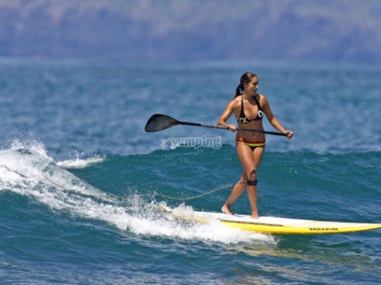 Aprovechando una ola de Benicassim en paddle surf