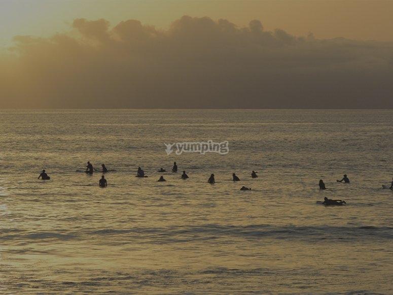 Disfrutando de un día de surf en Tenerife