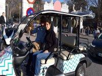 在马德里越野车司机旁边