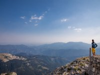 Admirando las montañas desde la cima
