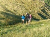Caminando con los bastones sobre el prado