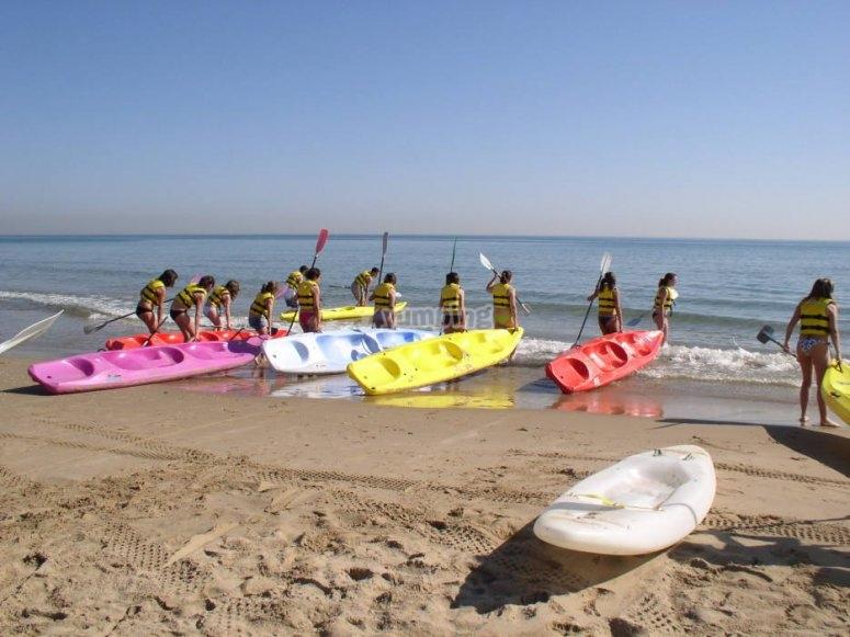 Actividad de kayak en campamento de verano