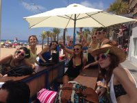 Chicas con divertidas gafas de sol
