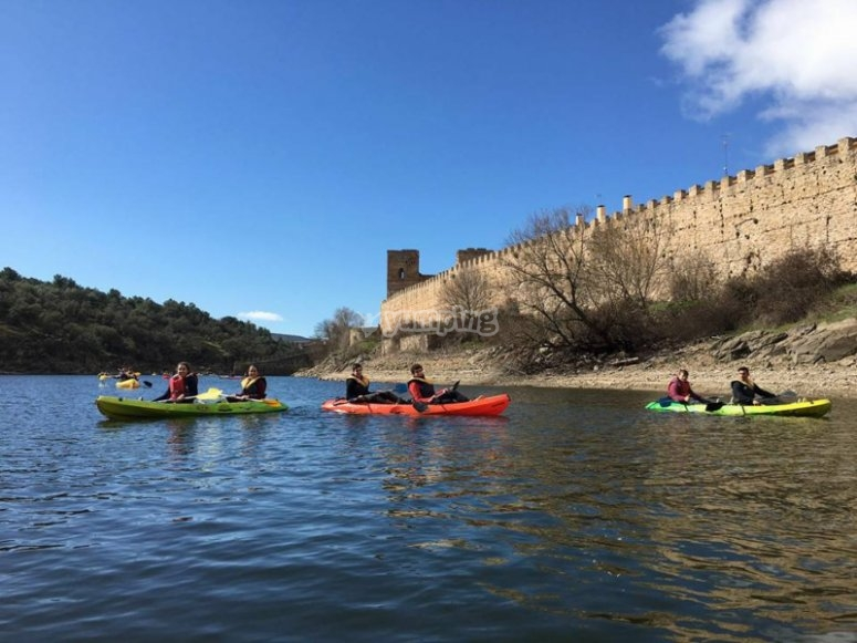 在Buitrago del Lozoya城堡脚下的皮划艇出租