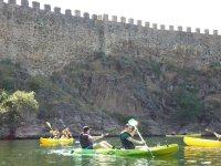 出租在Lozoya河上的皮划艇