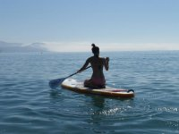 Sentada en la tabla de paddle surf
