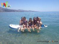 Chicas en la tabla de paddle