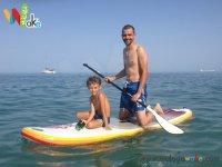 Padre e hijo probando el paddle surf