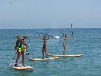 Amigas practicando paddle surf