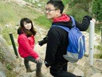 una pareja recorriendo un camino de piedras