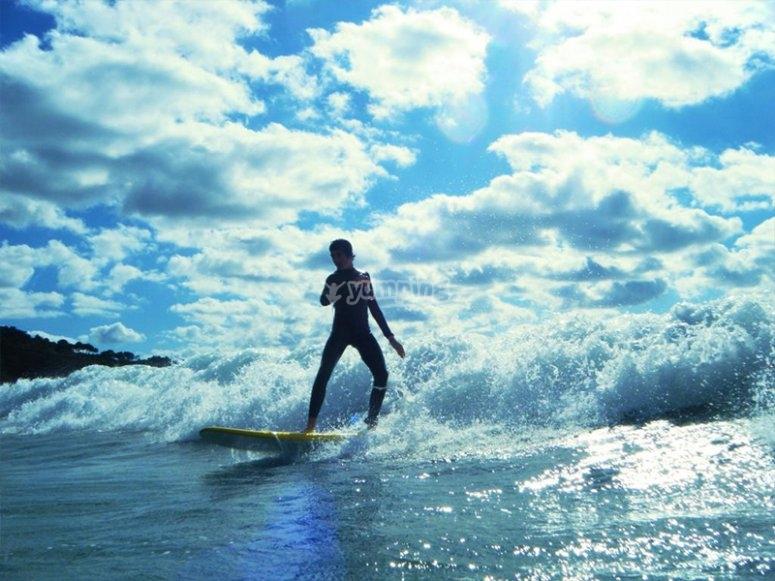Disfrutando de un alquiler de tabla de surf por Celorio