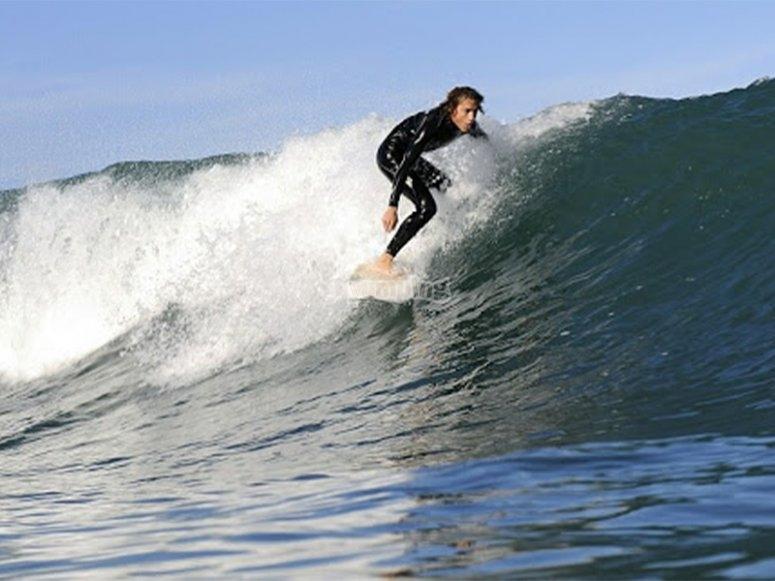 Disfrutando de un alquiler de tabla de surf por Llanes