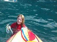 Sujetando las gafas de snorkel junto al kayak en Tenerife