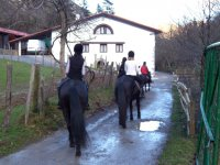 骑马到村里
