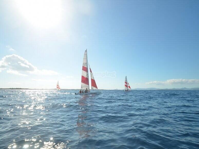 Practicando en Formentera de clases de vela
