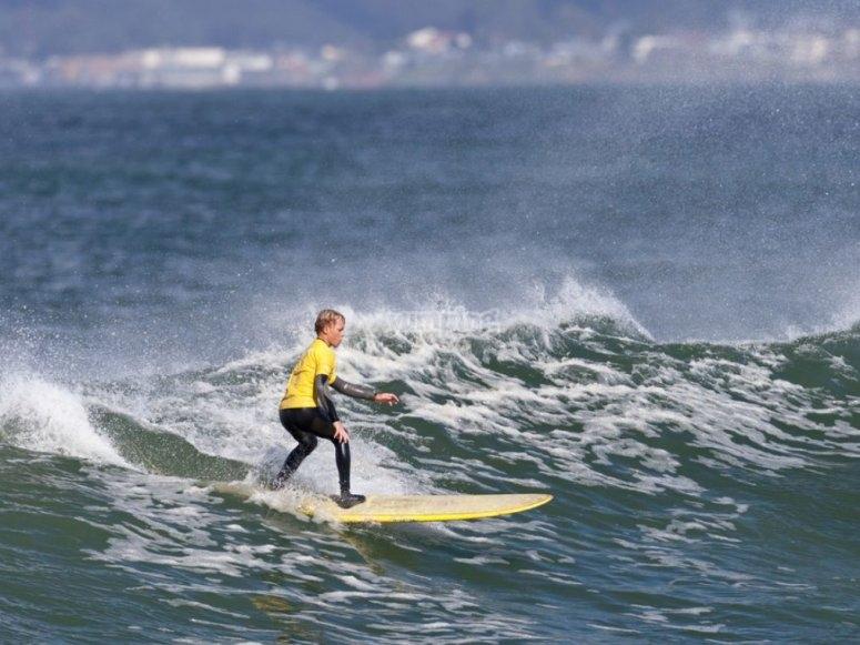 Giovane surfista