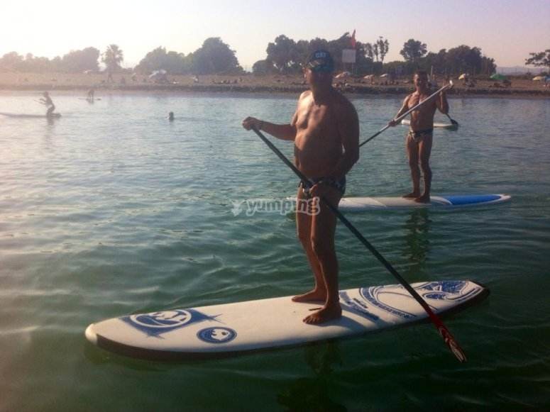 Esecuzione del paddle surf