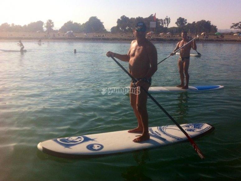 Realizando paddle surf