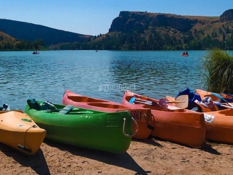 Kayaks listos en el Embalse de las Vencías