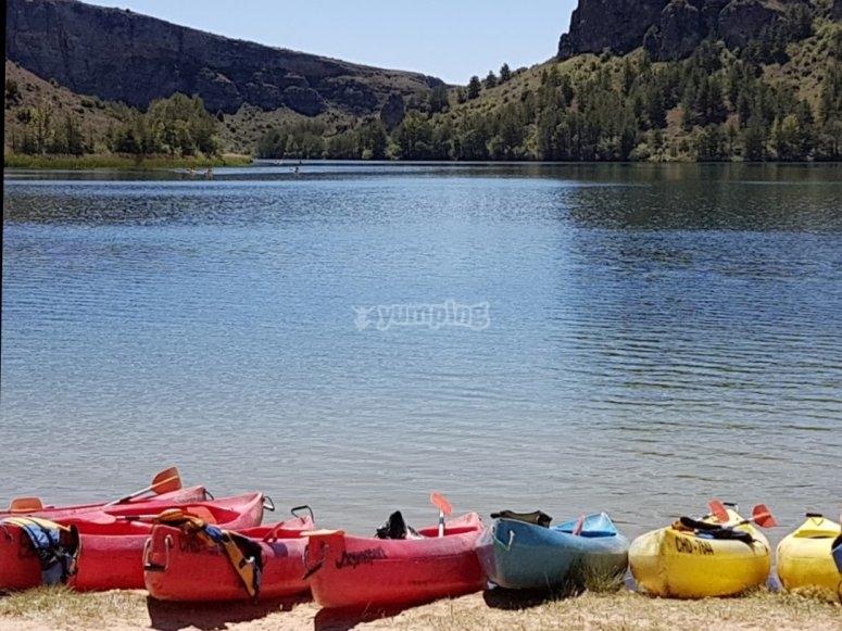 Kayaks preparados para la salida en la orilla del Embalse de las  Vencías
