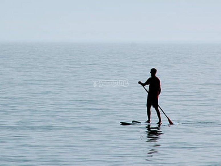 Paddle surf de alquiler en la playa de las Almadrabillas