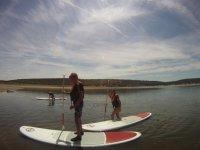 ninos aprendiendo a navegar en paddle surf