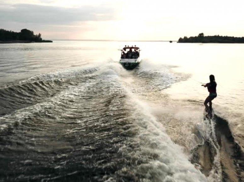 Probar el wakeboard en la playa de las Almadrabillas