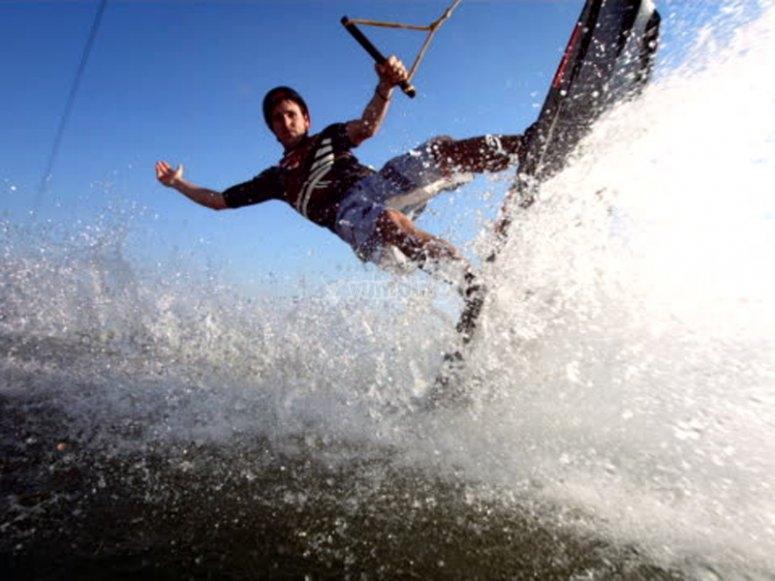 Sesión de wakeboard en la playa de las Almadrabillas