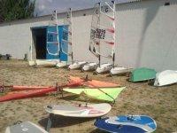 embarcaciones de windsurf en la arena