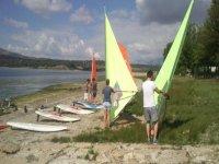 en la orilla con el material de windsurf
