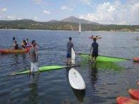 entrando al agua con el material de windsurf