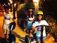 ninos disfrutando de un paseo en segway por la noche