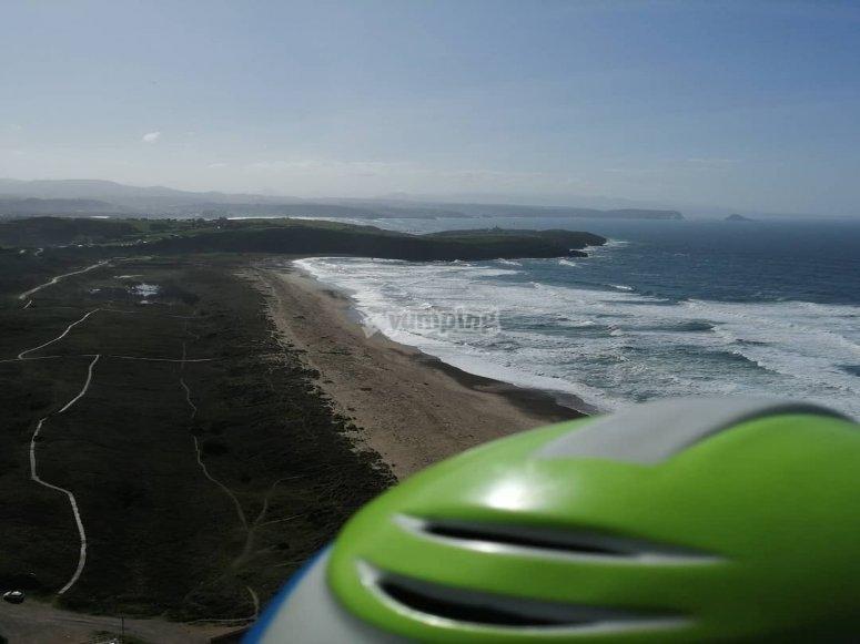 Sobrevolando la playa de Xago en parapente
