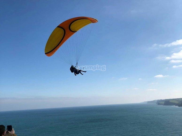 Volar parapente encima del mar en Asturias