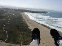 Apunto de aterrizar el parapente Playa Xago