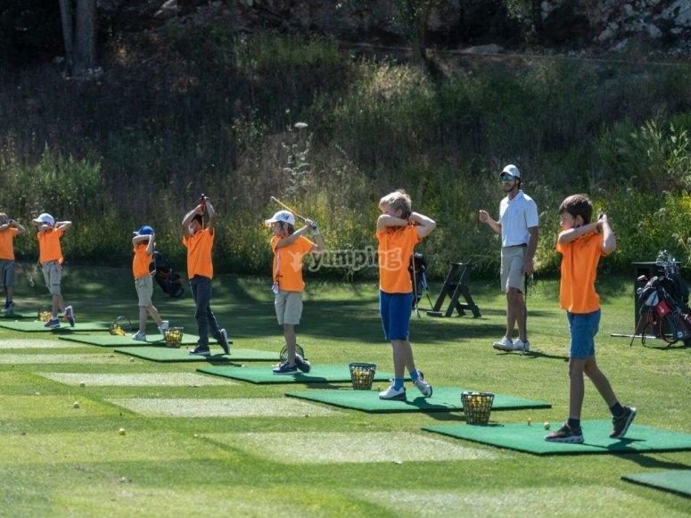 在高尔夫训练营练习挥杆