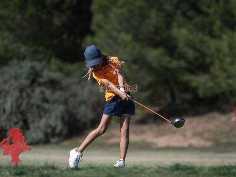在营地打高尔夫球的年轻人