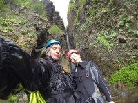 夫妇在峡谷漂流