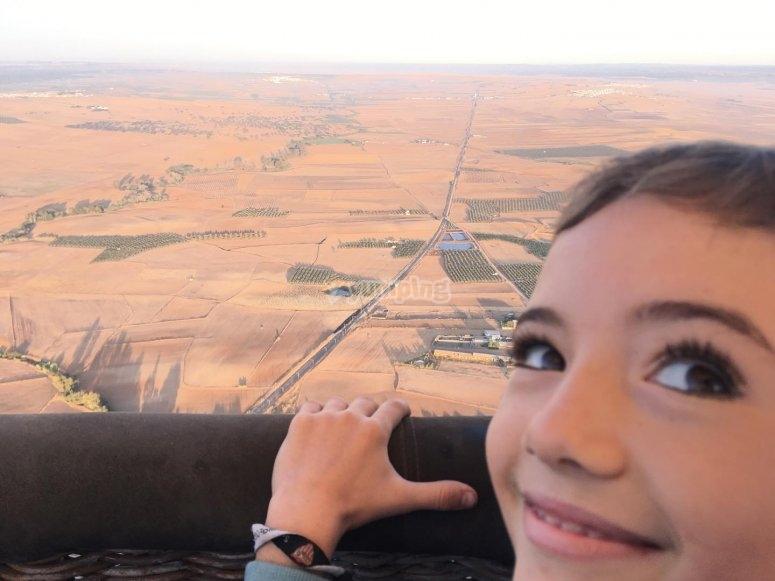 Niño durante el vuelo en globo