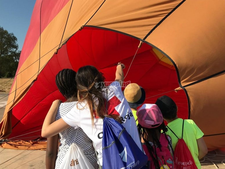 Peques ayudando en el inflado del globo
